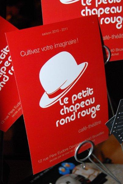 Magicien Lelouchier au petit chapeau rond rouge